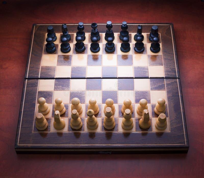Schacklek med wood stycken arkivbild