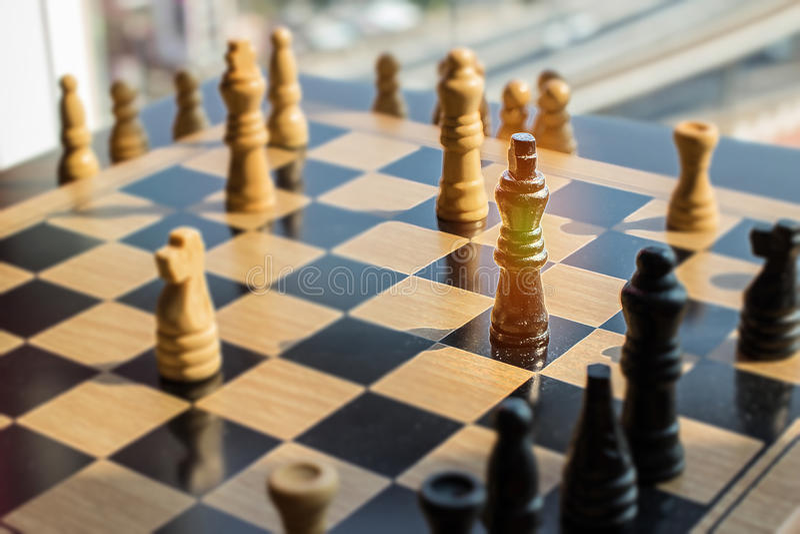 Schackstrid med den guld- konungen som har special överhet och kan des arkivbilder