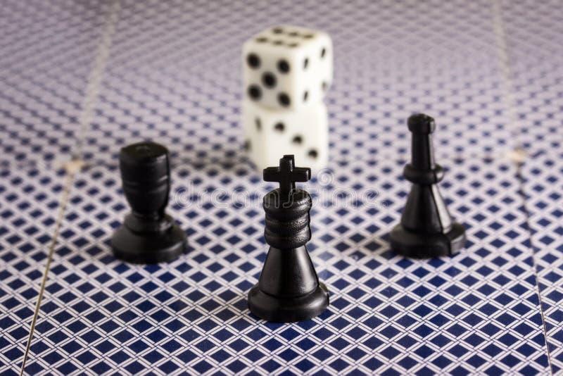 Schackstycken och tärningobjekt för populära brädelekar royaltyfria bilder