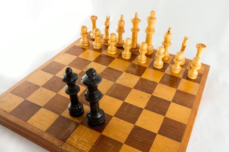 Schackstycken på brädet royaltyfria bilder