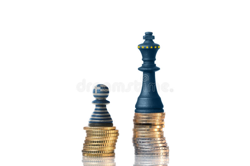Schackstycken på bunt av mynt i färgerna av Grekland och EU royaltyfri foto