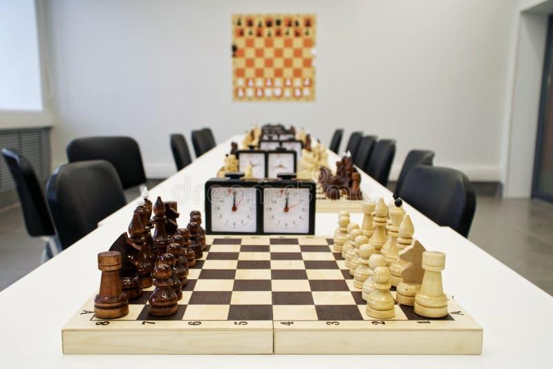 Schackuppsättningar som förbereds för starten av turneringen arkivbild