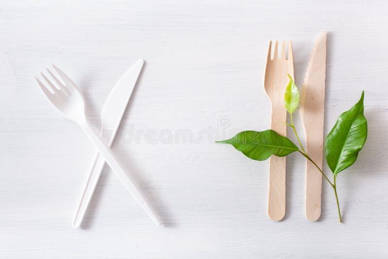 Schadelijk plastic bestek en eco vriendschappelijk houten bestek Plastic vrij concept royalty-vrije stock fotografie