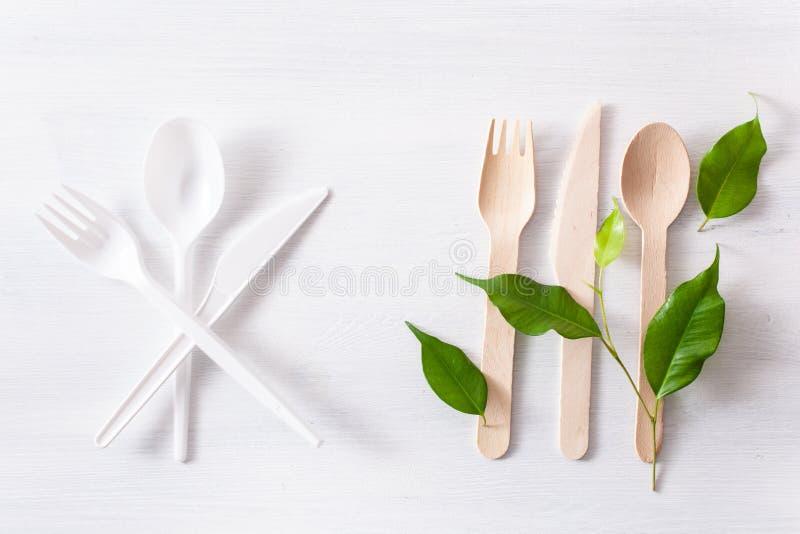 Schadelijk plastic bestek en eco vriendschappelijk houten bestek Plastic vrij concept stock fotografie