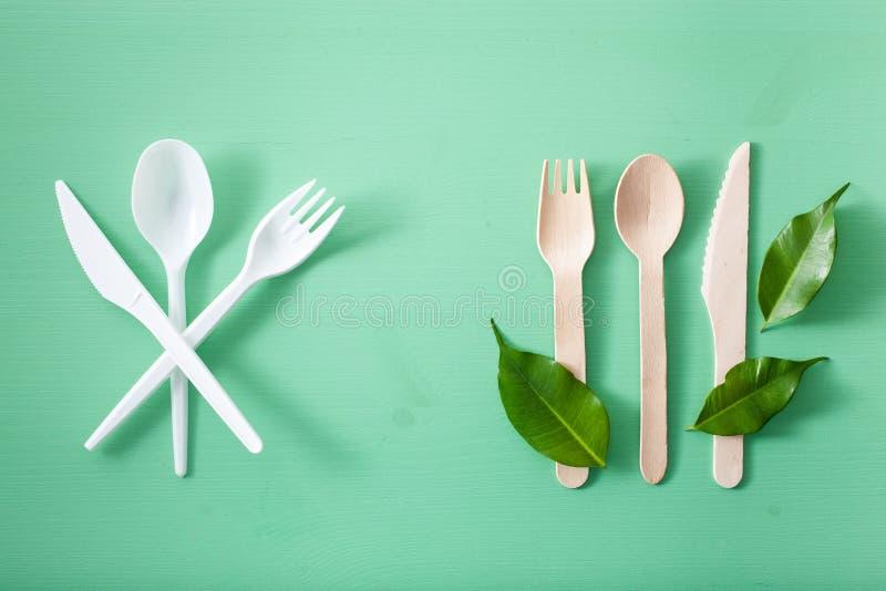 Schadelijk plastic bestek en eco vriendschappelijk houten bestek Plastic vrij concept stock afbeeldingen