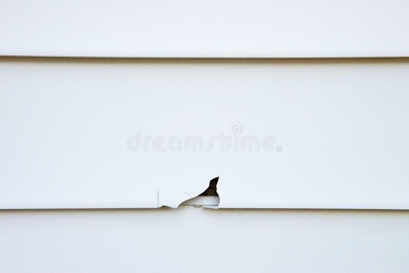 Schaden auf altem Vinylhaus-Abstellgleise lizenzfreies stockfoto