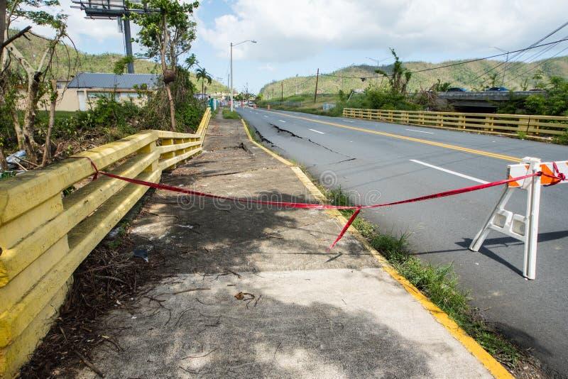 Schaden der Brücke und der Fahrbahn stockfotos