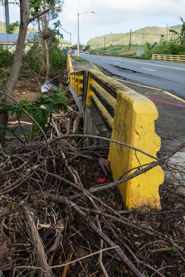 Schaden der Brücke und der Fahrbahn lizenzfreie stockfotos