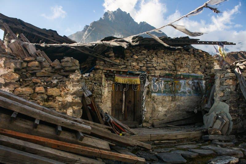Schaden Kyanjin Gompa durch Erdbeben 2015 stockfotos