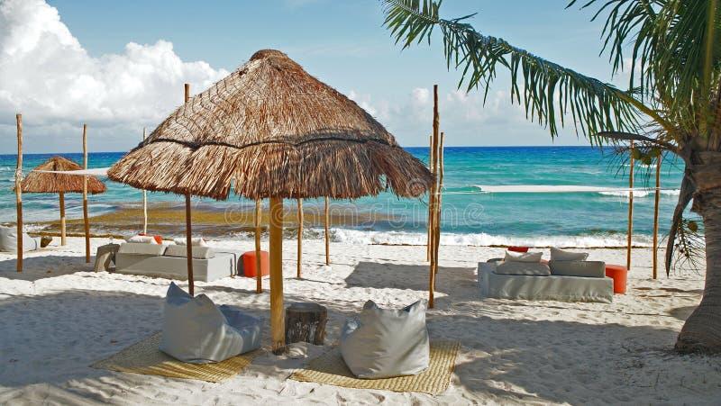 Schaduw onder een palmhut in cancun stock fotografie