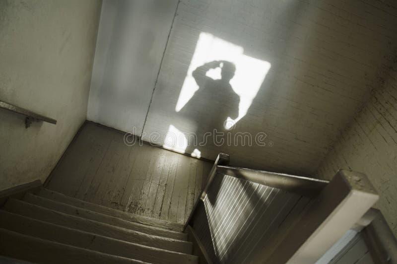 Schaduw van de mens in trappenhuis royalty-vrije stock foto