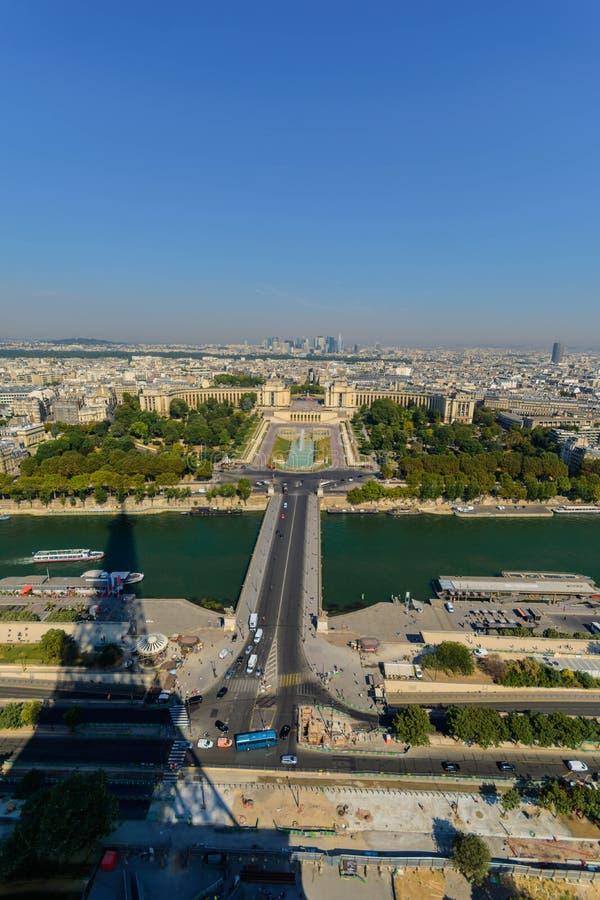 Schaduw van de toren die van Eiffel zich over stad uitbreiden royalty-vrije stock foto