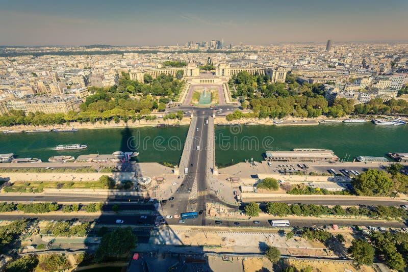 Schaduw van de toren die van Eiffel zich over stad uitbreiden royalty-vrije stock afbeelding