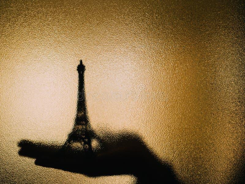 Schaduw van de toren van Eiffel op een glas stock foto