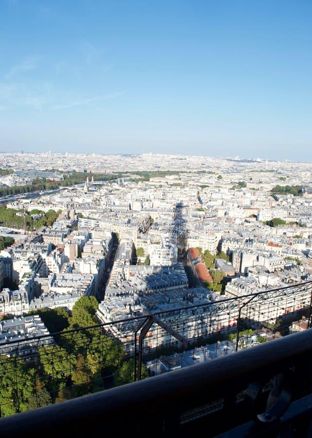Schaduw van de toren van Eiffel op zonovergoten Parijs hieronder Frankrijk stock fotografie
