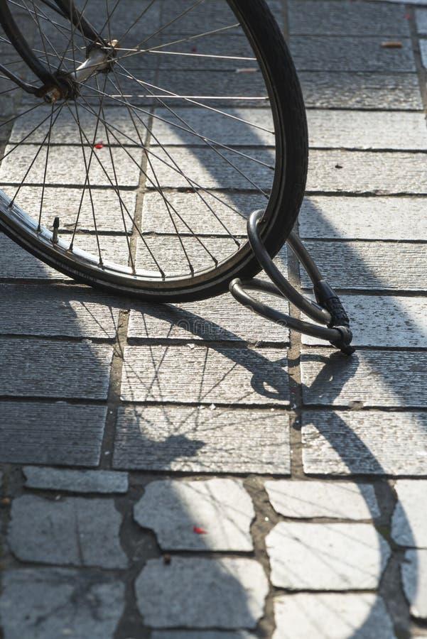 Schaduw van een wiel van een fiets stock afbeeldingen