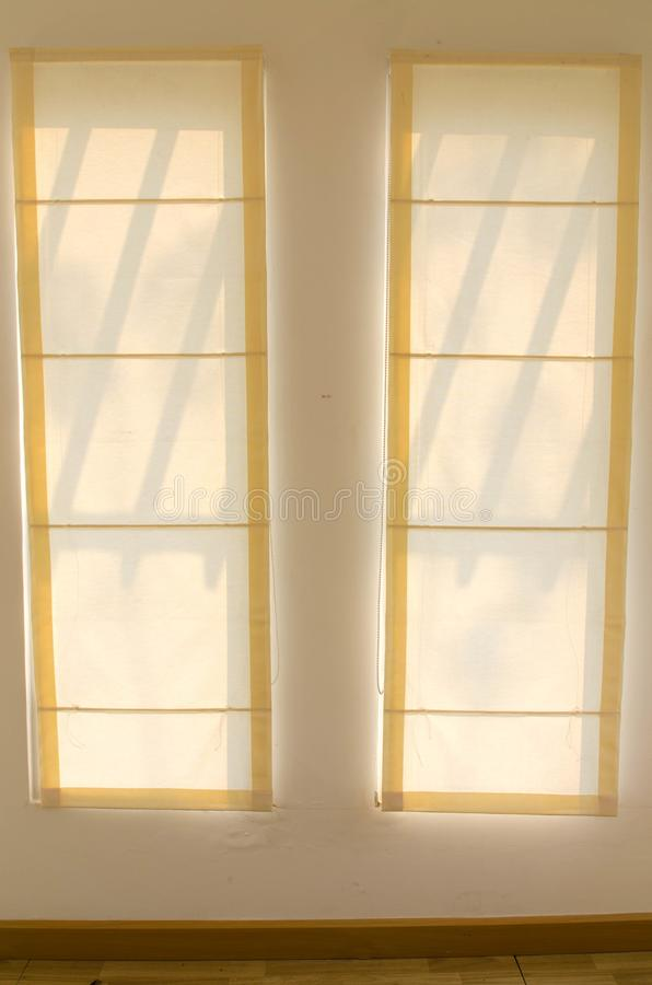 Schaduw van het glanzen door een venster en de gordijnen, in ruimte royalty-vrije stock afbeeldingen