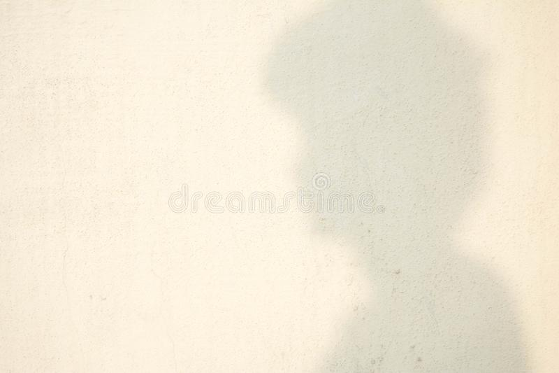 Schaduw van menselijk hoofd op abstracte muur royalty-vrije stock fotografie