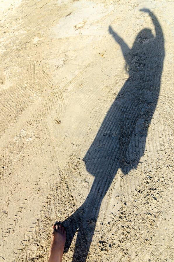 Schaduw van Vrouw op Wit Zand stock fotografie