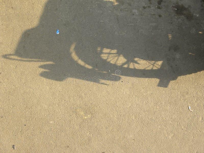 Schaduw van wiel van motorfiets stock afbeelding