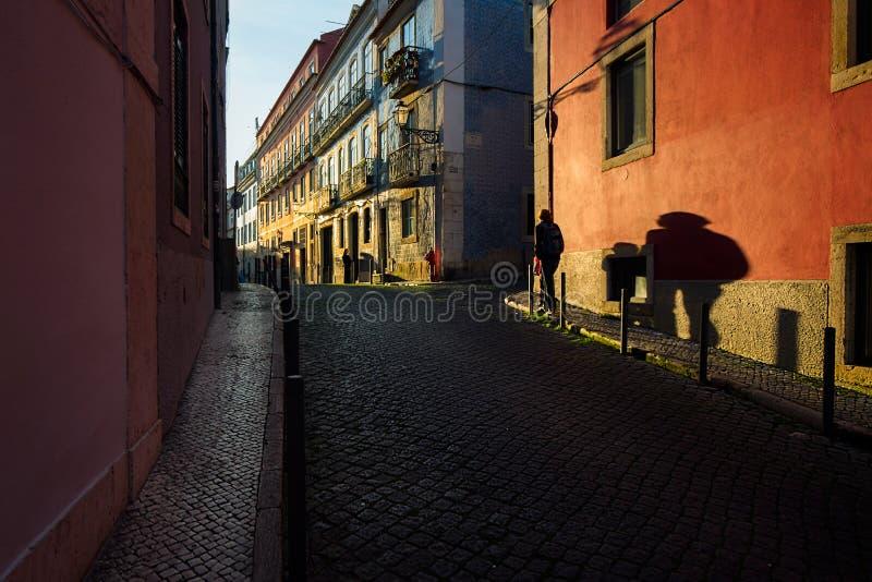 Schaduwen en zonsondergang op de straten van oud Lissabon portugal stock afbeeldingen