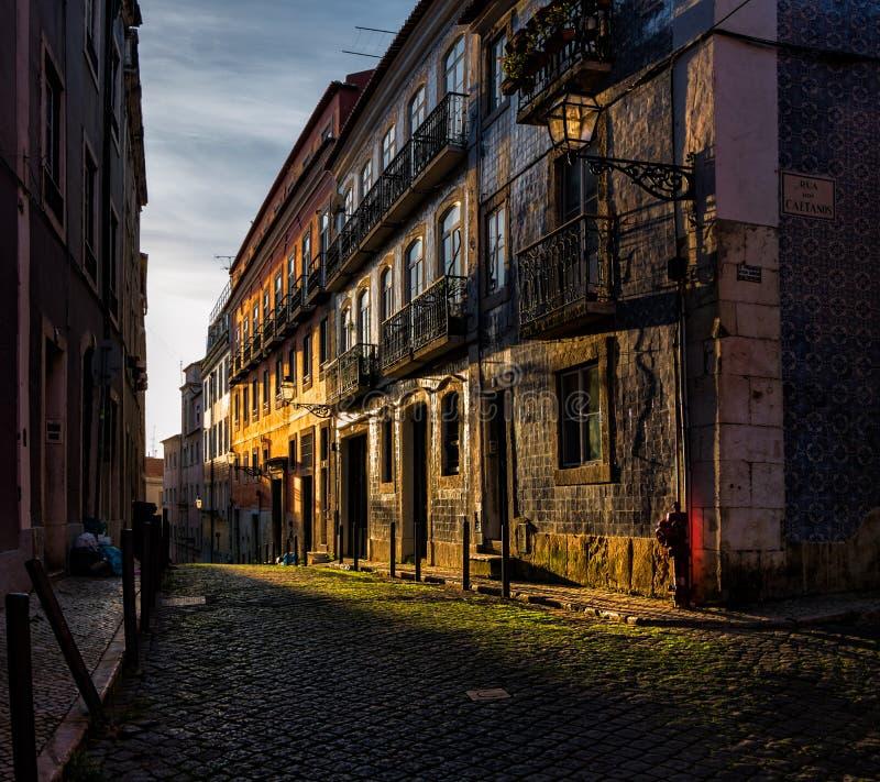 Schaduwen en zonsondergang op de straten van oud Lissabon portugal stock foto