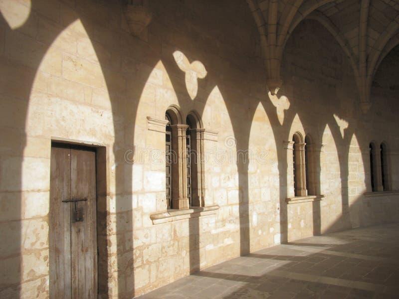 Schaduwen in het kasteelklooster royalty-vrije stock afbeeldingen