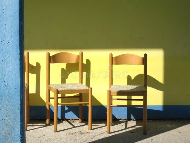 Schaduwen op houten stoelen royalty-vrije stock foto