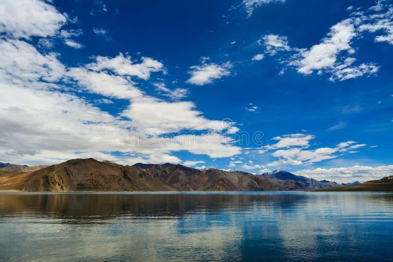 Schaduwen van blauw in de kleur van water van Pangong-Meer in Ladakh India stock fotografie