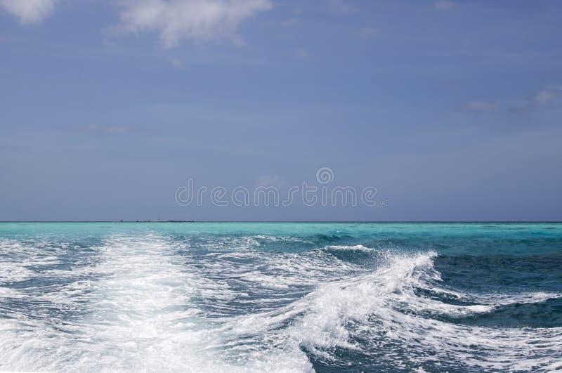Schaduwen van Blauw in Oceaanoppervlakte met Kielzog royalty-vrije stock afbeeldingen
