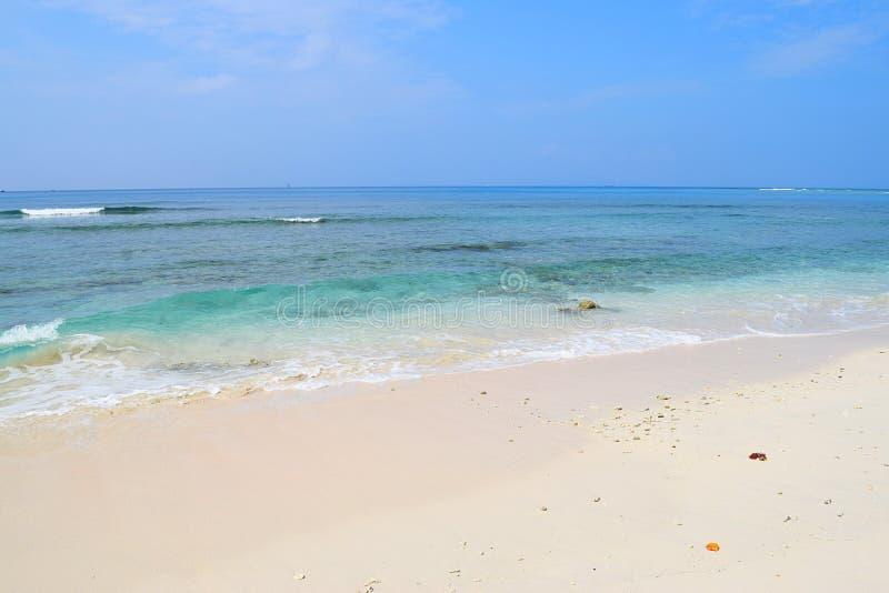 Schaduwen van Blauw in Water & Hemel met Wit Sandy Beach - Radhanagar-Strand, Havelock-Eiland, Andaman, India - Natuurlijke Achte royalty-vrije stock afbeelding