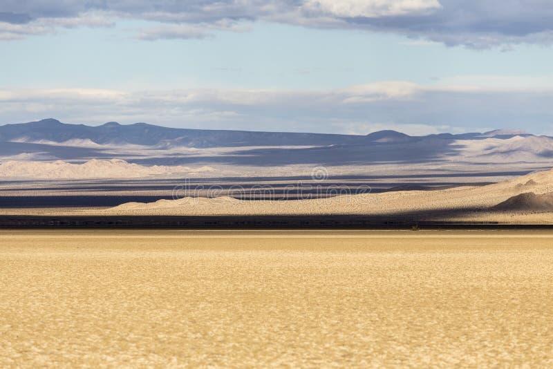 Schaduwen van het de Soda Droge Meer van het Mojave de Nationale Domein royalty-vrije stock foto