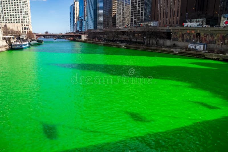 Schaduwen van vlaggen van de het Avebrug van Michigan die op een trillende groene Rivier van Chicago wordt gestempeld stock foto's