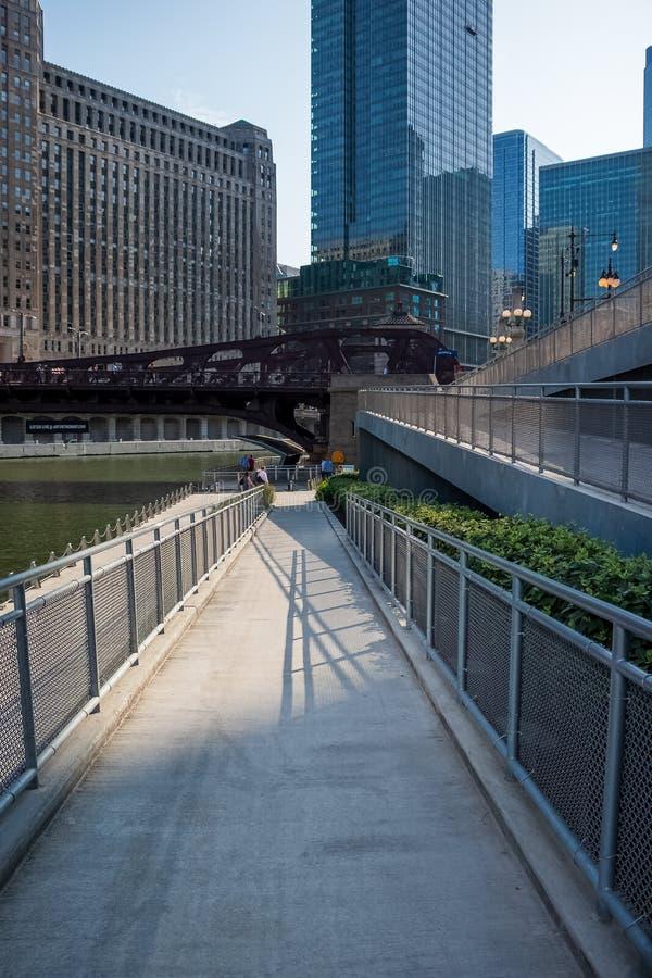 Schaduwontwerpen die van traliewerkoprit van hoger Wacker-Dr. leiden aan lagere stad langs riverwalk stock afbeeldingen