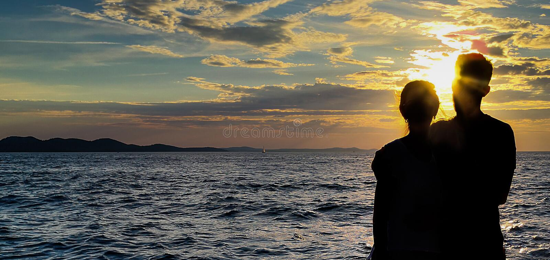 Schaduwpaar met een zonsondergangachtergrond stock afbeelding
