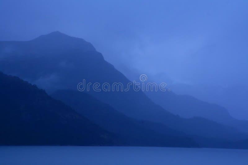 Schaduwrijke blauwe randen op donkere dag stock foto