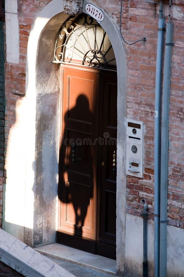 Schaduwsilhouet van vrouw in de straatdeur stock foto