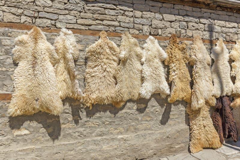 Schaffelle im Verkauf im Dorf Lahij- Aserbaidschan stockbild