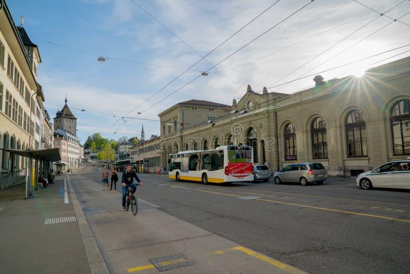 Schaffhausen, SH/Suisse - 22 avril 2019 : gare routière de train et dans Schaffhausen avec des personnes permutant et employant l photo libre de droits