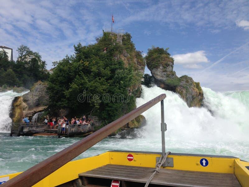 Schaffhausen, Zwitserland - 13 Juli 2015: toeristenboot die de Rijn-watervallen naderen royalty-vrije stock foto