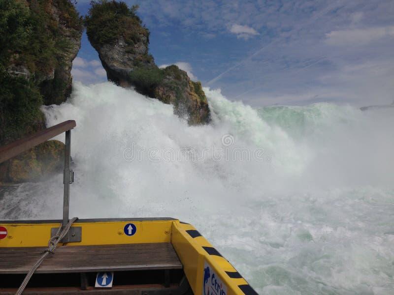 Schaffhausen, Zwitserland - 13 Juli 2015: toeristenboot die de Rijn-watervallen naderen stock afbeeldingen