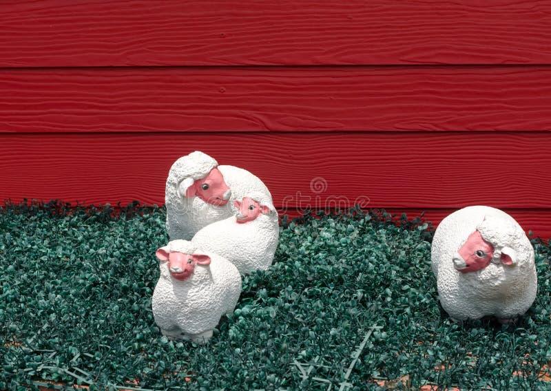 Schafstatuen auf grünem künstlichem Gras stockfotografie