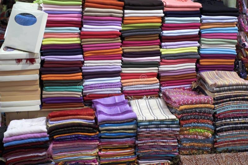 Schal an einem Markt stockbild