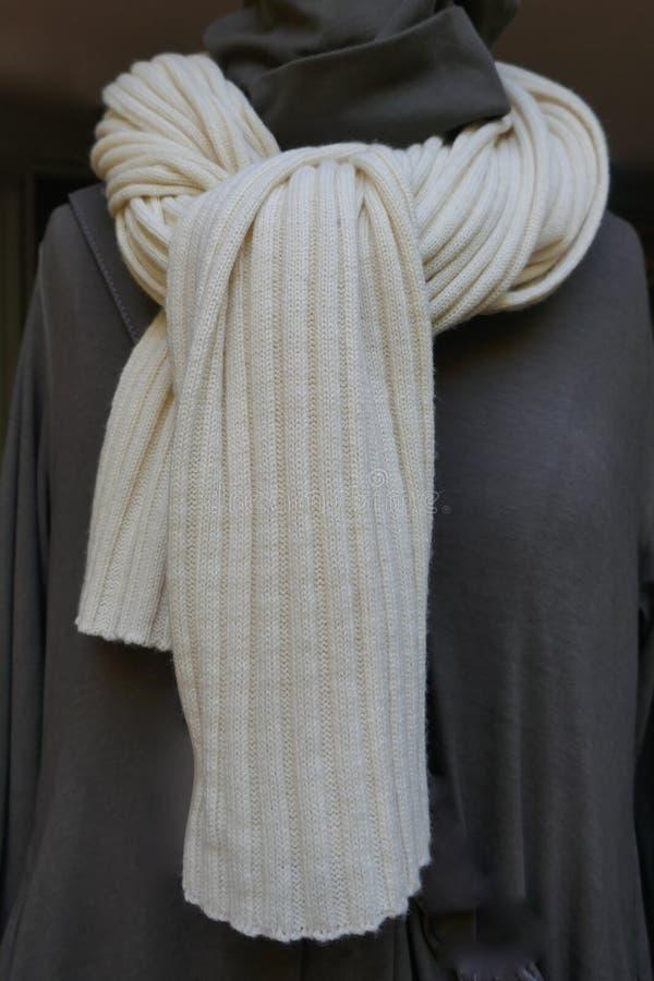 Schal, Weiß strickte Wollschal, knuddeliges warmes und Weiche, stockfotografie