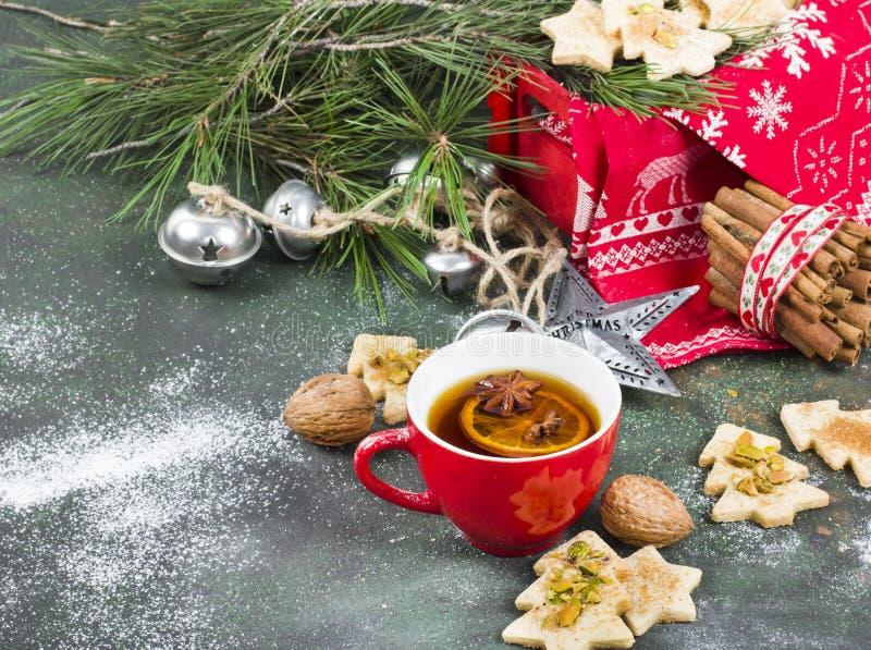Schale aromatischer Tee mit Weihnachtsbaum-Formplätzchen, Gewürze stockfotografie