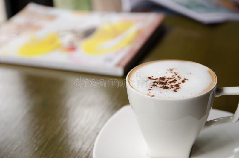 Schale Cappuccino auf Tabelle stockfoto