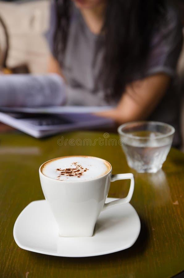 Schale Cappuccino auf Tabelle lizenzfreies stockfoto