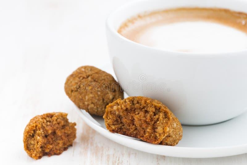 Schale Cappuccino und Mandelgebäck, Nahaufnahme, selektiver Fokus lizenzfreies stockbild