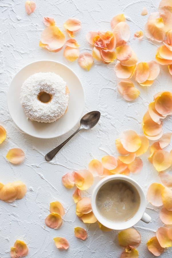 Schale coffe und ein Donut auf weißem strukturiertem Hintergrund stockfotografie