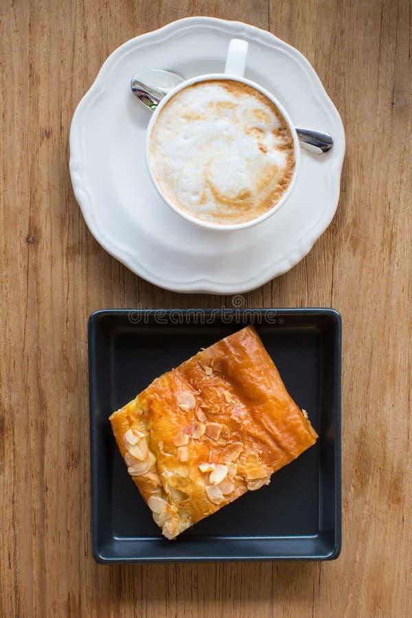 Schale des heißen Kaffees und der Torte stockbild